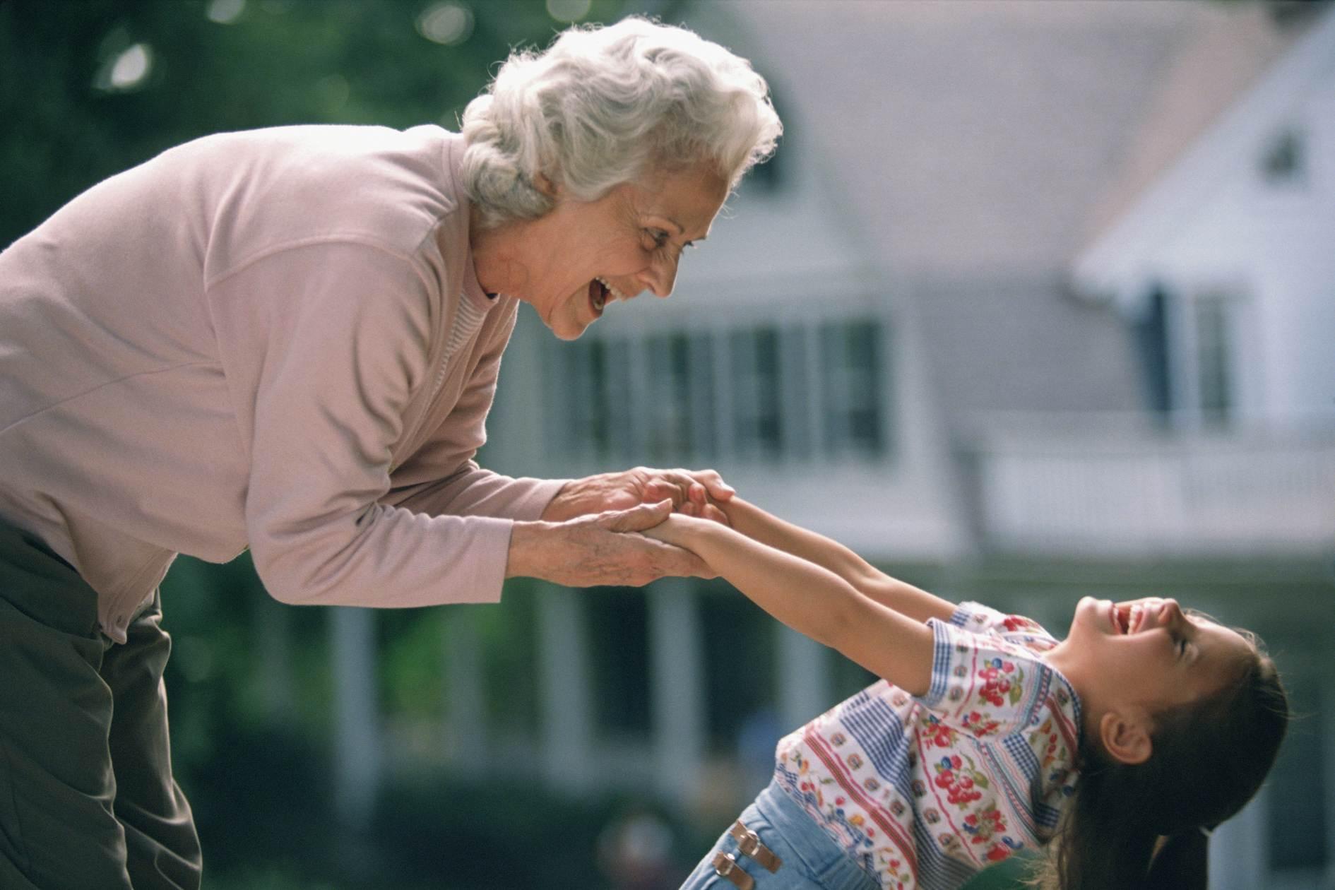 Смотреть две бабушки внучка 16 фотография